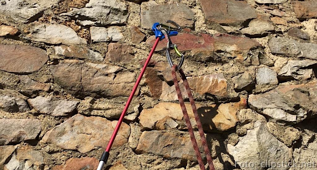 Clipstick im Einsatz – leider nur an meiner Natursteinwand, da mir ein Kletterfels im Garten für das Foto fehlte. ;-)